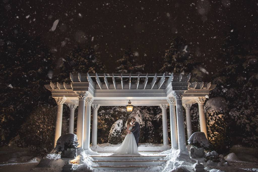 Outdoor wedding picture ideas for winter